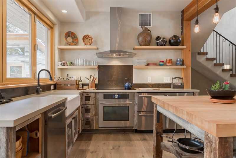 Việc sử dụng kết hợp giữa ánh sáng tự nhiên và ánh sáng nhân tạo là rất quan trọng khi muốn sở hữu một mẫu nội thất phòng bếp đẹp, giản dị và hiện đại